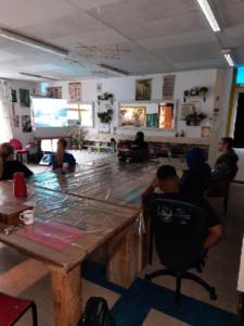 Jongeren bekijken op 6 januari 2021 samen coronaproof een video