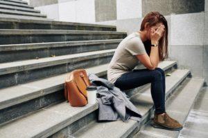 Meisje huilend onder aan de trap